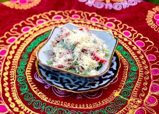 Салат из языка и рукколы с ореховым соусом